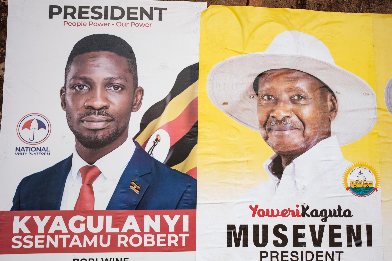 Carteles electorales de los dos principales candidatos a la elección presidencial del 14 de enero en Uganda, Bobi Wine (I) y el presidente saliente Yoweri Museveni, en Kampala el 4 de enero de 2021