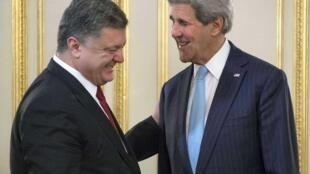 Госсекретарь США Джон Керри и президент Украины Петр Порошенко на встрече в Киеве, 5 февраля 2015 г.