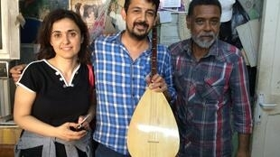 Melten Demir, Oktay Chaparoglu e Yalchin Yanick militam em defesa dos refugiados em Izmir, na Turquia.