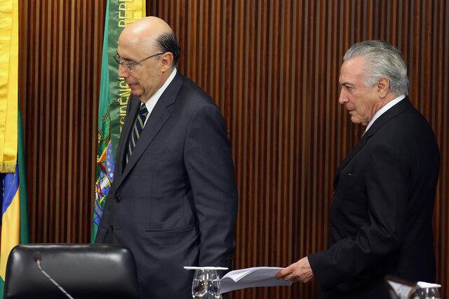 O presidente em exercício, Michel Temer, chega com o ministro da Economia, Henrique Meirelles, para o anúcio das novas medidas econômicas.