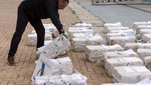 Un douanier espagnol inspecte une saisie de cocaïne dans le port de Vigo en juin 2019 (image d'illustration).
