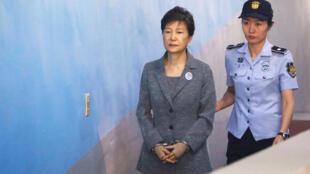 L'ex-présidente sud-coréenne Park Geun-hye arrive au tribunal de Séoul, le 25 août 2017.