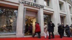 Des clients pénétrant dans le magasin Marks & Spencer des Champs-Elysées, à Paris, ouvert depuis le 24 novembre 2011.