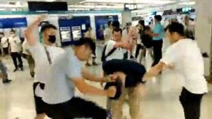 視頻截圖:香港元朗車站,星期天,一群白衣人棒打參加完遊行正在回家的市民。