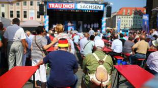 Des militants du parti d'extrême-droite Alternative pour l'Allemagne (AfD) en campagne électorale à Dresde en Saxe, le 25 août 2019.