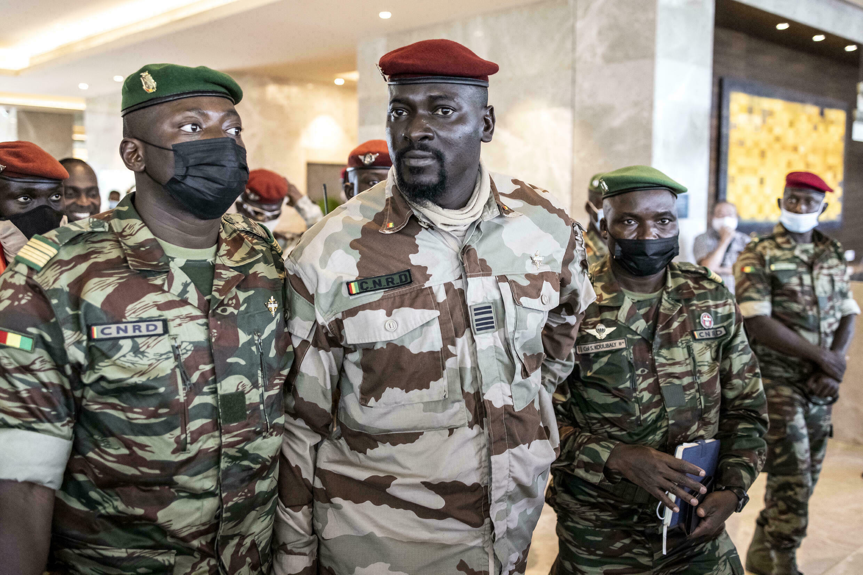 El coronel Mamady Doumbouya (C) encabezó un golpe de Estado contra el presidente Alpha Condé el 5 de septiembre