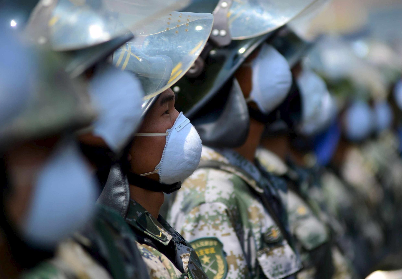 Công an vũ trang trước một khu dân cư gần hiện trường vụ nổ ở Thiên Tân, 16/08/2015.