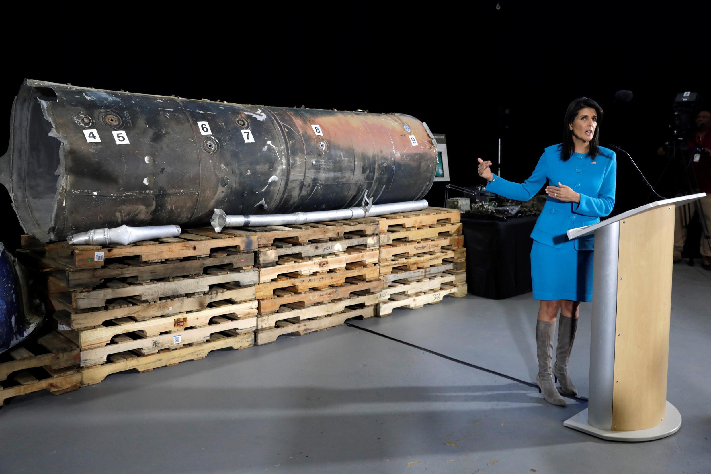 A Embaixadora americana junto da ONU, Nikki Haley, apresentando os destroços de mísseis que teriam sido atirados do Iémen rumo à Arábia Saudita.