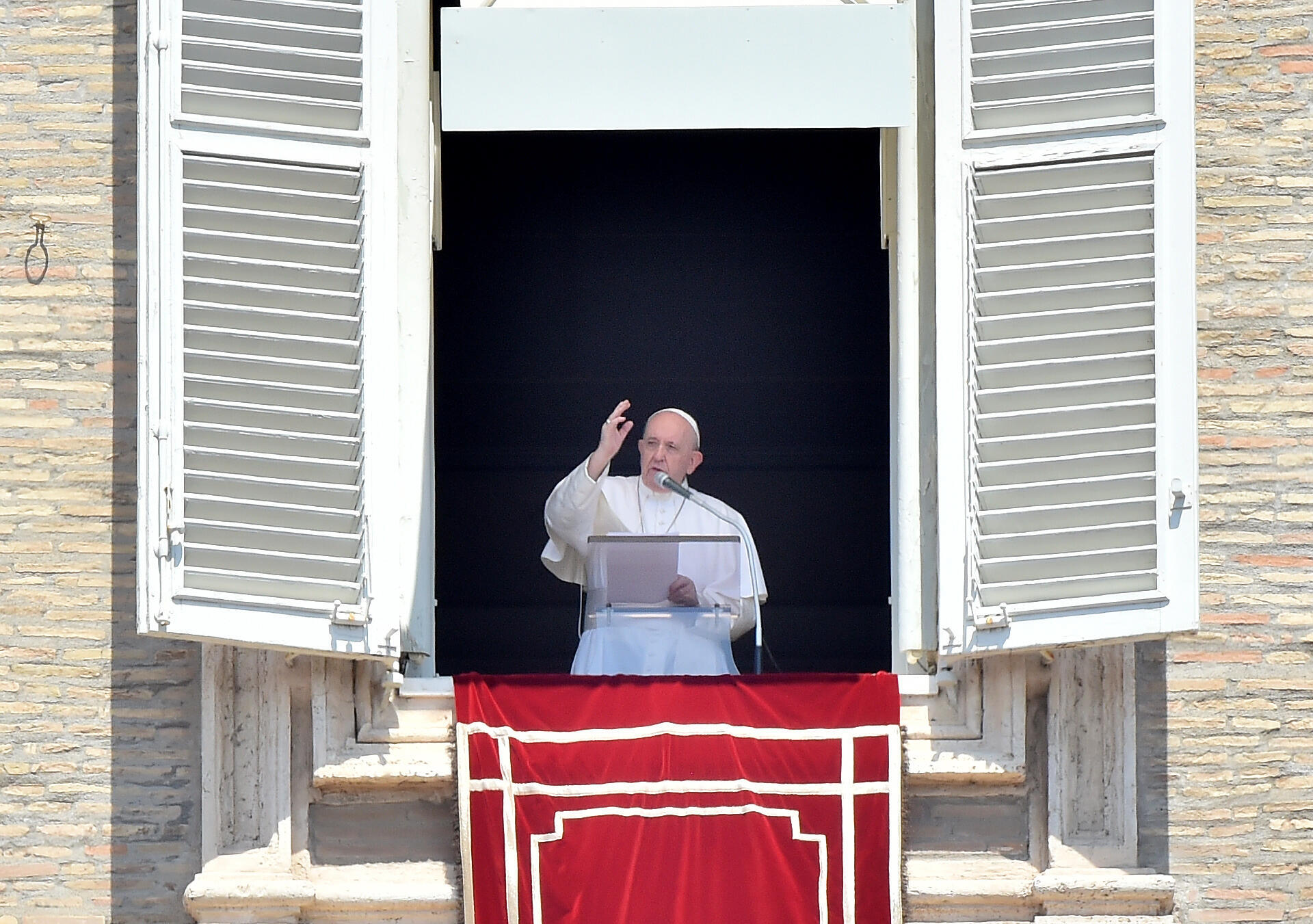 Papa Francisco dá sua bênção aos fiéis reunidos na Praça de São Pedro para a oração do Domingo Angelus, em 2 de agosto de 2020 no Vaticano.