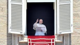El papa Francisco da su bendición a los fieles congregados en la plaza de San Pedro para el rezo del ángelus dominical, el 2 de agosto de 2020 en el Vaticano