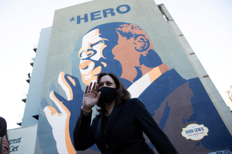 Kamala Harris devant une fresque à l'effigie de John Lewis, icône des droits civiques, mort cet été, le 23 octobre 2020.