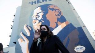 Le 23 octobre 2020, Kamala Harris devant une fresque à l'effigie de John Lewis, icône des droits civiques, mort le 17 juillet 2020.