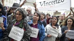 Несколько десятков человек пришли поддержать итальянца Винченцо Векки к зданию апелляционного суда в Ренне, 15 ноября