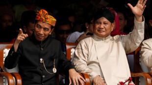 Le président indonésien Joko Widodo (à gauche) et son adversaire Prabowo Subianto participent à une cérémonie marquant le début de la campagne présidentielle, à Jakarta, le 23 septembre 2018.