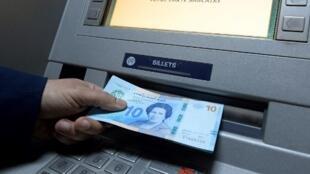 Le nouveau billet de 10 dinars à l'effigie de Tawhida Ben Cheikh.