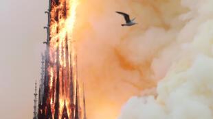 La emblemática aguja de Notre-Dame en llamas, antes de derrumbarse, este 15 de abril de 2019.