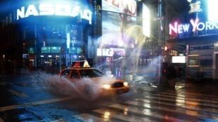Un taxi accélère dans les environs de Time Square à New York alors que des pluies torrentielles se sont abattues sur la ville.