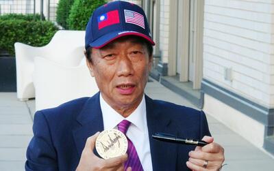 鸿海董事长郭台铭(图)美东时间2019年5月1日进白宫与美国总统川普会面,他会后向媒体展示川普亲笔签名的杯垫,以及签名笔。