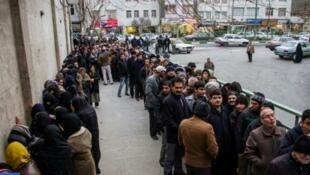صف طولانی مردم برای خرید گوشت یخ زده