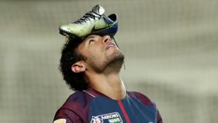 L'attaquant du PSG, Neymar, après avoir marqué le premier but lors du match de Coupe de la Ligue, Amiens-PSG, le 10 janvier 2018.
