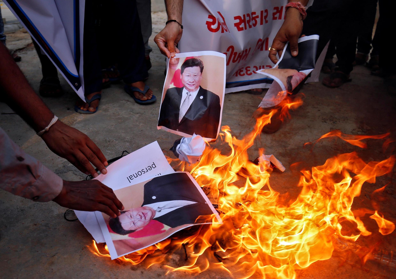 Manifestantes indianos queimam cartaz com a imagem do presidente chinês, Xi Jinping nesta terçafeira (16) em Ahmedabad.