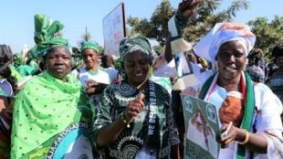 Militantes de l'ancien parti présidentiel APRC manifestant pour demander le retour en Gambie de l'ex-dictateur Yahya Jammeh. Sukuta, 16 décembre 2020.