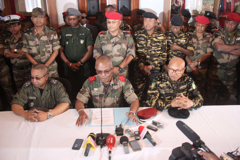 Le ministre malgache de la Défense, Béni Xavier Rasolofonirina (au centre), lors d'une conférence de presse le 2 mai 2018.