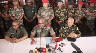 Le ministre malgache de la Défense, Béni Xavier Rasolofonirina (au centre), a donné une conférence de presse mardi 2 mai 2018.