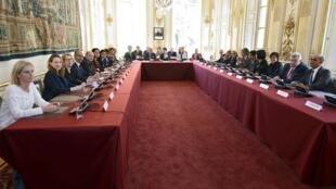 L'équipe gouvernementale réunie autour de Manuel Valls à Matignon, le 17 avril 2014.