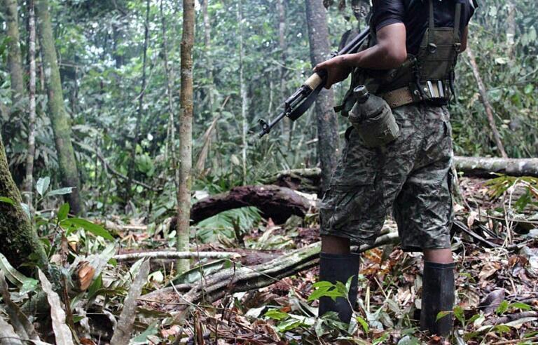 Un miembro de la guerrilla peruana Sendero Luminoso en un lugar anónimo en la selva de Alto Huallaga el 2 de diciembre 2011
