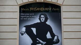 Chân dung nhà thiết kế (ảnh của Jean Loup Sieff) trước viện bảo tàng Yves Saint Laurent, trên đại lộ Marceau Paris