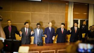 Les anciens présidents se tiennent symboliquement la main à la fin de la réunion à Antananarivo, le 19 décembre.