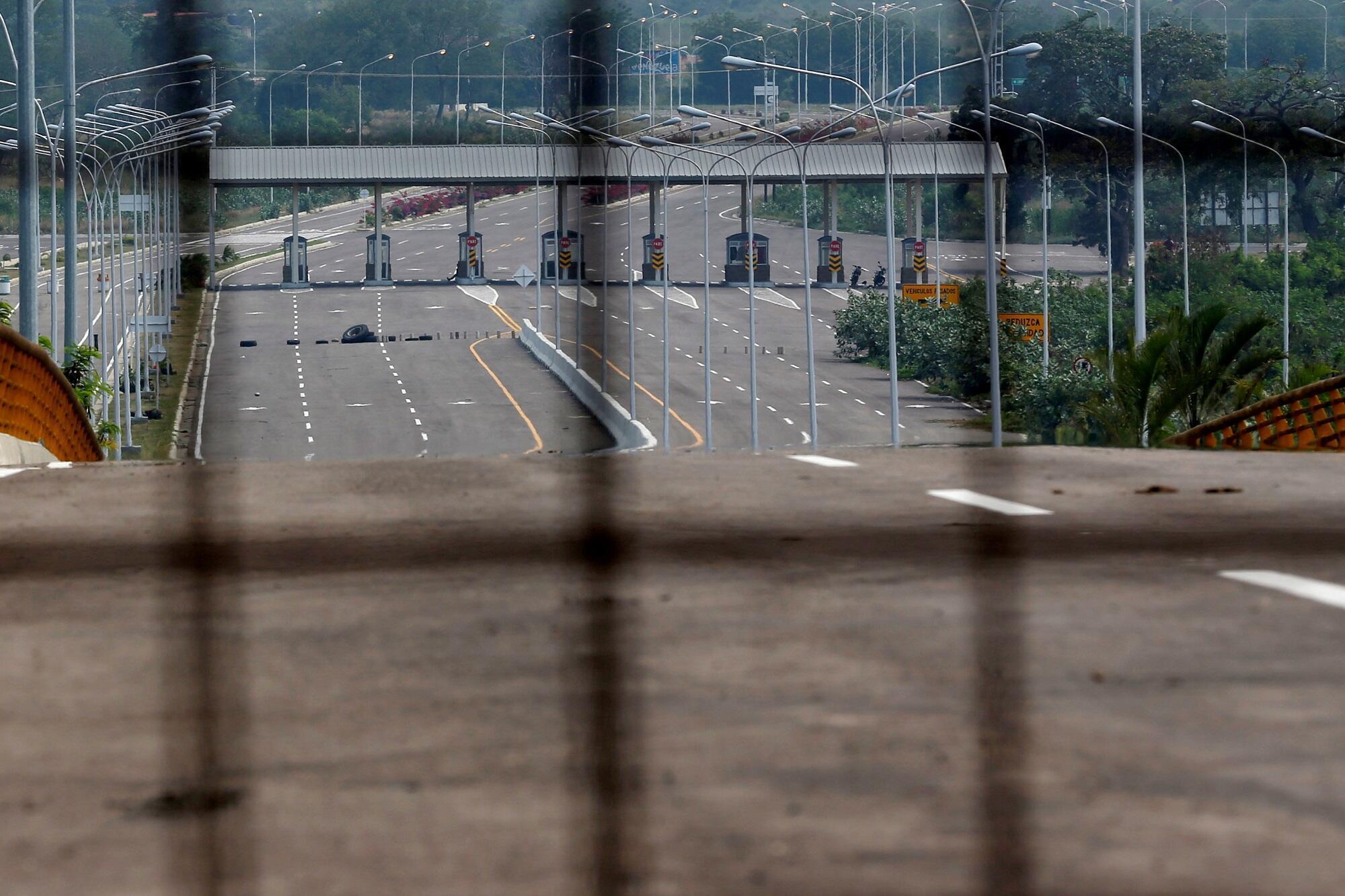 Hàng rào chặn xe hơi trên cầu Tienditas trong khu vực biên giới chung Colombia-Venezuela, ở Cucuta, Colombia. Ảnh chụp ngày 06/02/2019