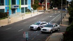 Une patrouille de police dans une rue déserte de Louisville, dans le Kentucky.