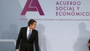 José Luis Rodríguez Zapatero firma el Acuerdo Social y Económico con empresarios y sindicatos.