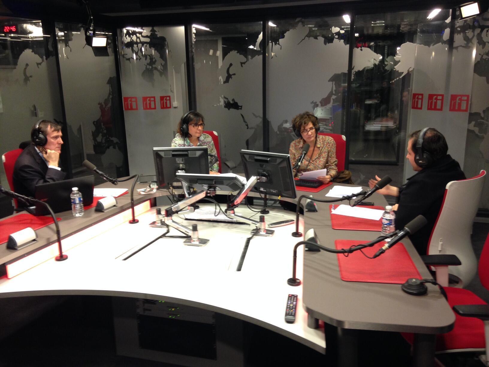 Os cientistas políticos Gaspard Estrada (d) e Stéphane Monclaire (e) foram recebidos pelas jornalistas Maria Emília Alencar (d) e Adriana Moysés (e) nos estúdios da RFI.