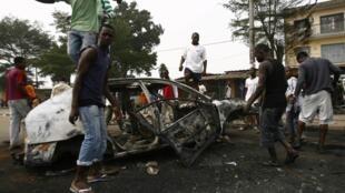 Un véhicule brûlé après des scènes de violences avec les forces de l'ordre dans les rues d'Abobo, le 12 janvier 2011.