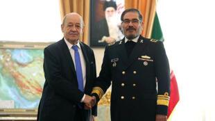 O ministro das Relações Exteriores da França, Jean-Yves Le Drian, cumprimenta Ali Shamkhanin, Secretário do Conselho Supremo de Segurança Nacional do país, em 5 de março de 2018.