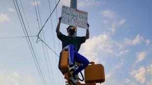 Manifestantes contra el racismo se reunieron en Atlanta tras la muerte de Rayshard Brooks, que abatido por la policía de la ciudad el 14 de junio de 2020. REUTERS/Elijah Nouvelage