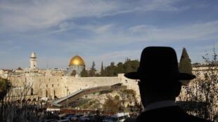 Judeu ultraortodoxo observa a rampa de madeira, fechada por Israel, que dá acesso à Esplanada das Mesquitas.