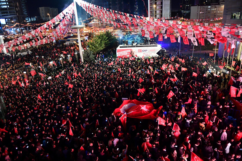 Des sympathisans et militants du parti d'opposition CHP rassemblés pour fêter les résultats des élections municipales à Ankara,dimanche 31 mars.