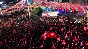 طرفداران حزب جمهوری خواه خلق  پیروزی این حزب را در انتخابات شورای شهر آنکارا جشن گرفته اند