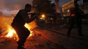 Policiais na entrada da favela do Jacarezinho na zona norte do Rio de Janeiro.