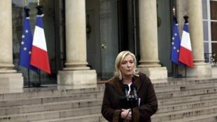 La dirigente del Frente Nacional, Marine Le Pen, al salir de una reunión en el Palacio del Elíseo, en París, el 9 de enero de 2015.