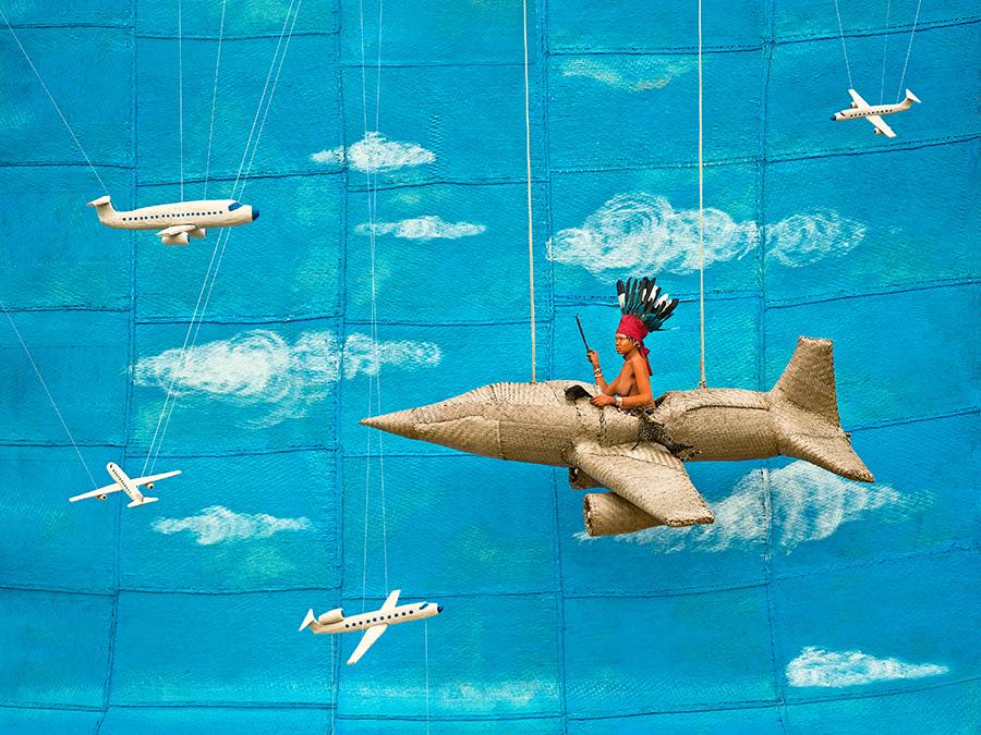 Walé Asongwaka s'envole. Le jour du spectacle marquant la fin de son isolement, Walé Asongwaka (21 ans, 3 ans de réclusion) monte sur un échafaudage muni d'une nacelle en forme d'avion qui, lâchée brusquement, tombe au sol, signifiant la fin du rituel Walé