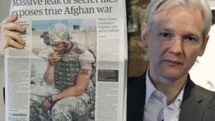 Julian Assange, le fondateur de WikiLeaks, brandit un exemplaire du quotidien The Guardian, à l'occasion d'une conférence de presse, le 26 juillet 2010.