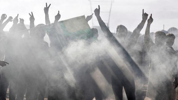 Des Cachemiriens crient des slogans lors d'affrontements avec les forces de sécurité indiennes, après l'abolition du statut spécial de l'État du Jammu-et-Cachemire. Srinagar, le 23 août 2019.