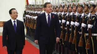 Thủ tướng Ôn Gia Bảo tiếp đón thủ tướng Anh David Cameron (©Reuters)