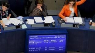 Membres du Parlement européen prenant part au vote, à Strasbourg, le 14 avril 2016.