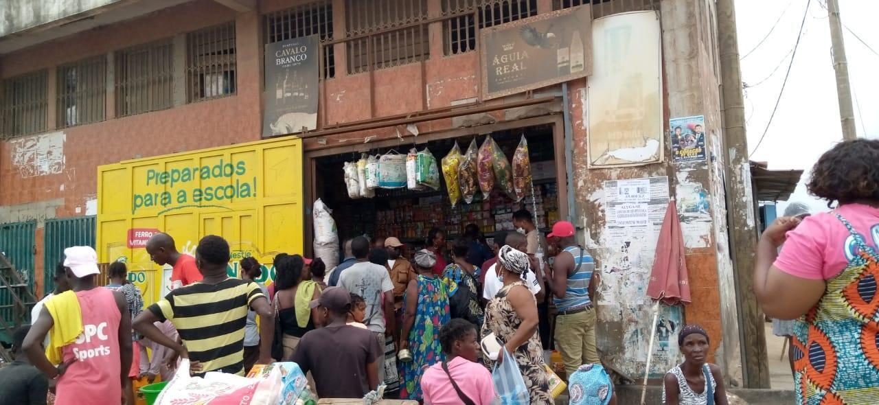 Mercado no município de Kilamba Kiaxi, na província de Luanda, em cujos mercados a céu aberto, começou a 8 de julho o rastreio massivo à Covid-19.